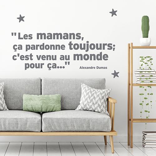 Sticker gris citation Les mamans ça pardonnent toujours sur le mur d'un salon