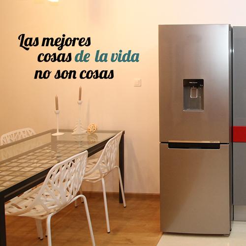 Sticker noir et bleu citation LAS MEJORES collé sur le mur dans la cuisine
