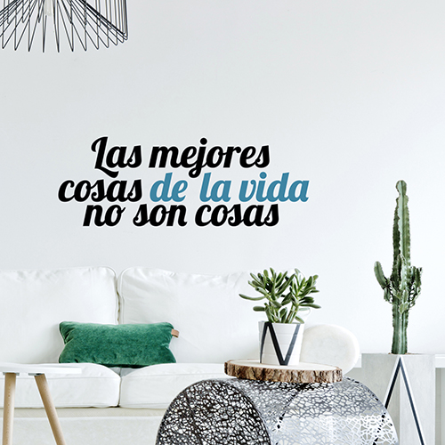 Citation murale en espagnol collé au mur d'un sallon avec des plantes