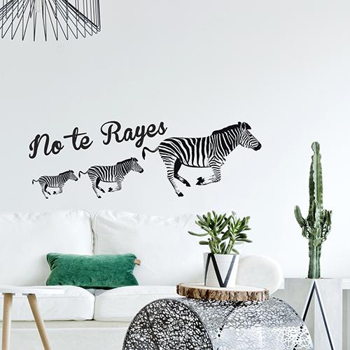 Sticker mural zèbres + citation NO TE RAYES dans un salon moderne