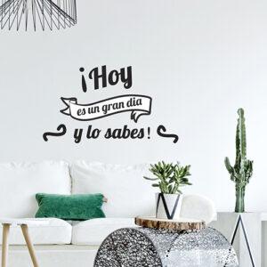 Sticker citation murale en espagnol dans un salon moderne avec des plantes