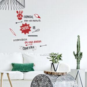 Sticker LA COMIDA rouge et noir avec des décorations collé au mur d'un salon moderne