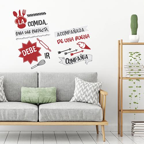 Sticker rouge et noir citation LA COMIDA collé au mur d'une pièce à vivre