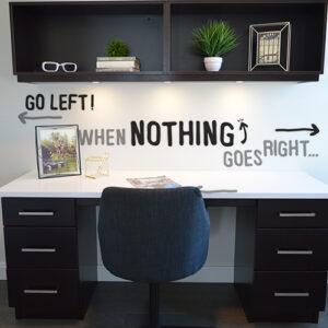 Citation murale autocollante When Nothing collée au mur d'un bureau