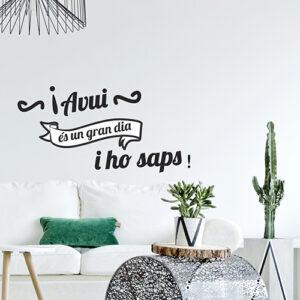 Pièce à vivre moderne décorée avec un sticker citation Avui Es un Gran Dia