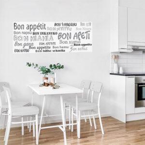 Cuisine décorée avec un sticker Bon Appétit en plusieurs langues