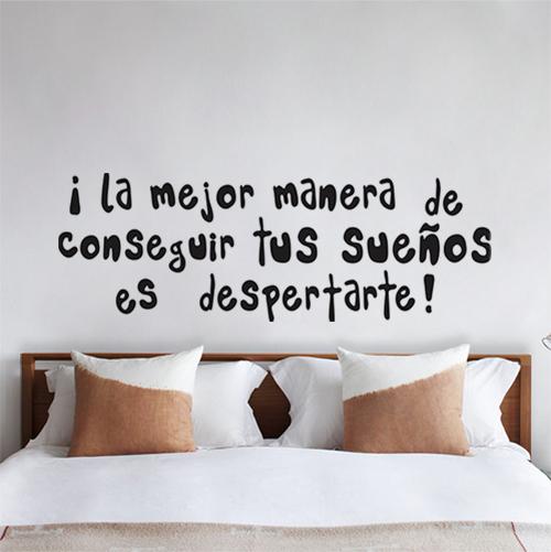 Chambre à coucher décorée avec un sticker citation La Mejor Manera
