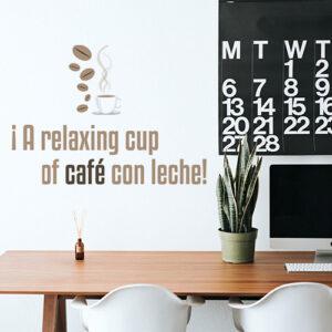 Sticker marron et noir citation A Relaxing Cup collé dans un bureau