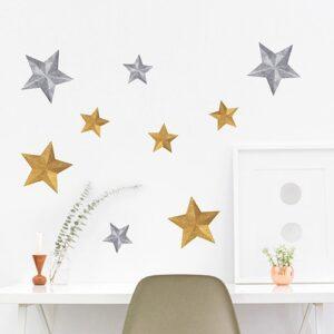 Sticker étoiles or et argents collé au mur d'un bureau