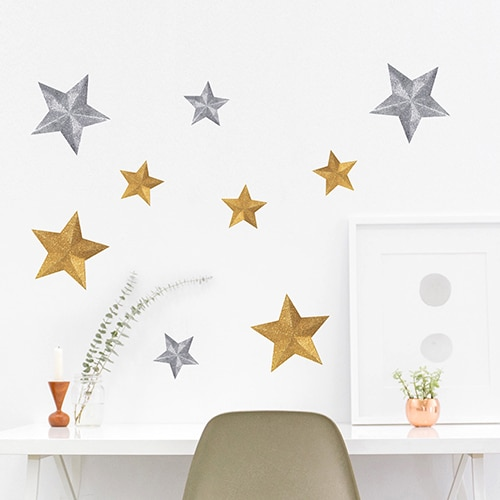 Sticker étoiles or et argents collé au mur d'un bureau