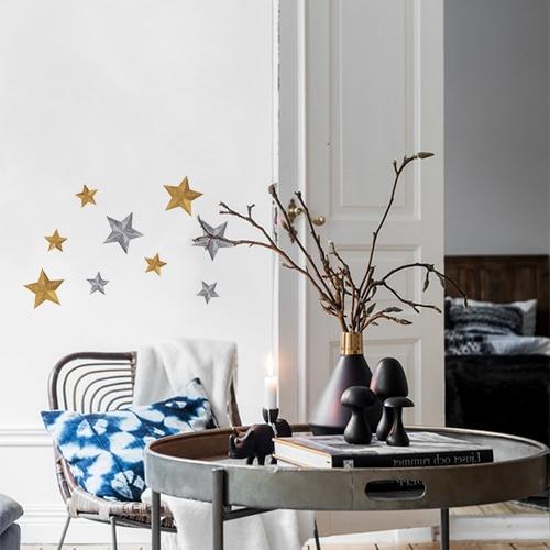 Sticker adhésif étoiles or et argent dans une pièce à vivre.