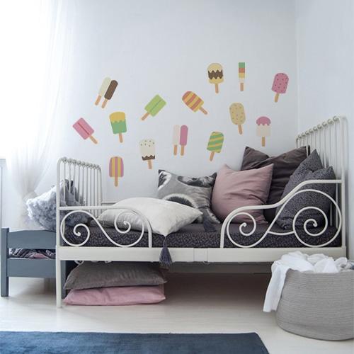 Sticker adhésif Glaces au dessus d'un lit décoration pour chambre