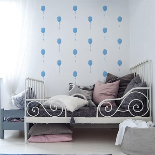 Sticker adhésif ballons bleus dans une chambre