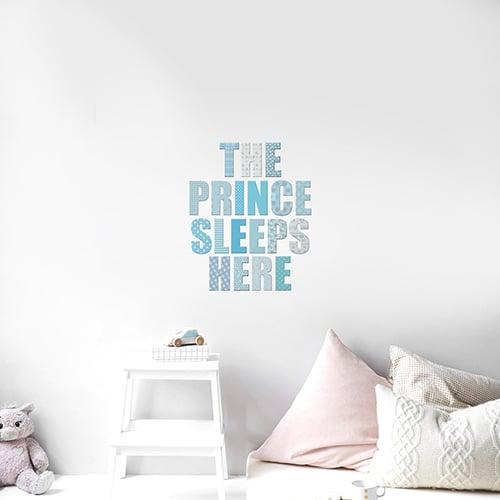 Sticker planche adhésif au dessus d'un lit The prince sleeps