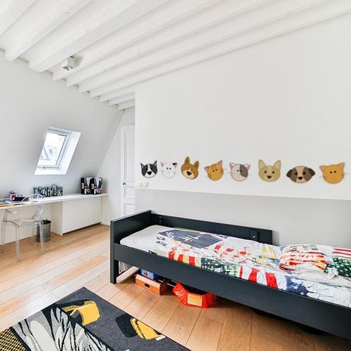 Stickers adhésifs têtes de chiens et chats dans une chambre d'enfant