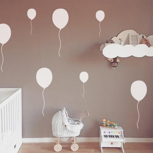 Sticker autocollant Ballons blancs dans une chambre de bébé