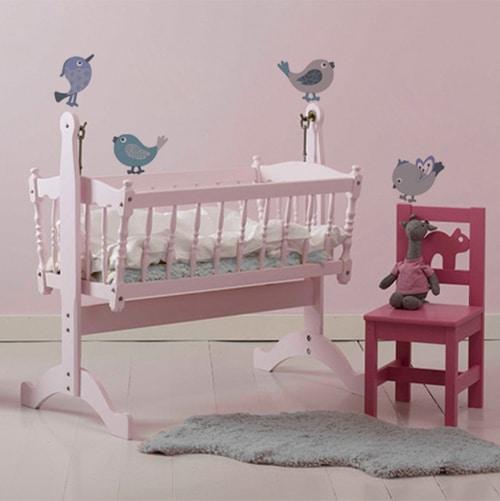 Décoration des murs de la chambre d'enfant avec de jolis petits oiseaux adhésifs gris.