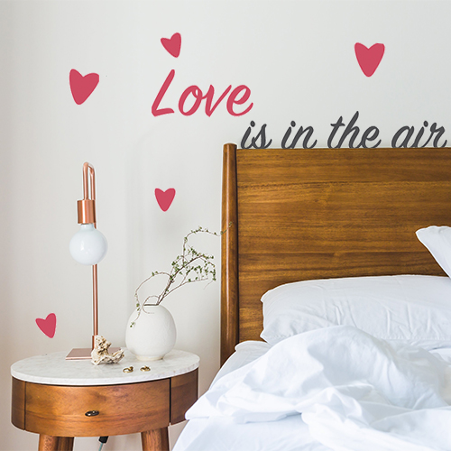 Sticker Love is in the Air collé au mur d'une chambre d'adultes