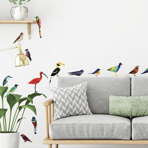 Stickers adhésifs oiseaux origami Aelis derrière un canapé dans un salon scandinave