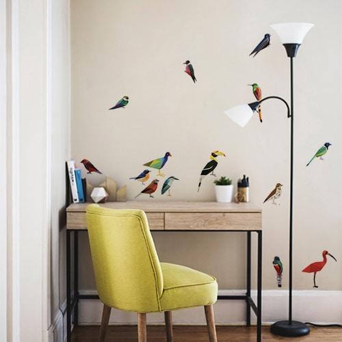 Bureau en home office décoré avec des oiseaux adhésifs de style origami comme des plaiegs en papier.