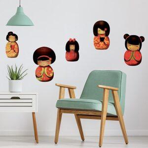 Sticker planche Kokeshis au dessus d'un fauteuil