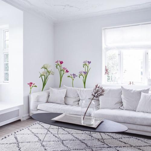 Sticker adhésif Fresia décoration devant un canapé