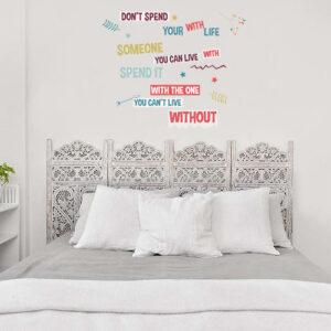 Citation Don't Spend collée au dessus d'un lit au mur d'une chambre