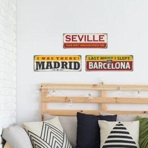 Sticker adhésif Madrid Barcelone Séville au dessus d'un lit