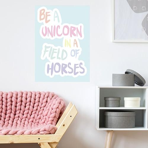 Sticker adhésif Be a unicorn au dessus d'un fauteuil déco pour salon