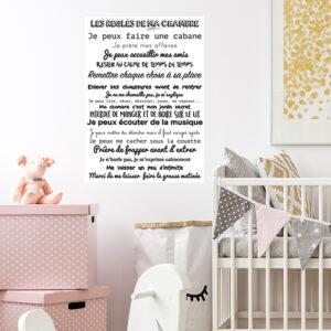 Sticker autocollant citation Les règles de ma chambres collé dans une chambre d'enfant
