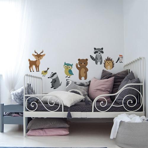 Sticker adhésif animaux de la forêt au dessus d'un lit