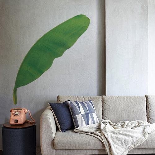 Sticker feuille de bananier sur mur gris dans une pièce à vivre