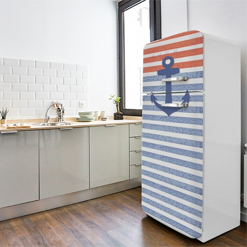 Sticker adhésif Marinière sur un frigo dans une cuisine aux airs marins