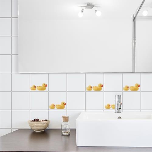 Stickers Canard Jaune et son bébé en dessous d'une vitre adhésif pour carrelage de salle de bain