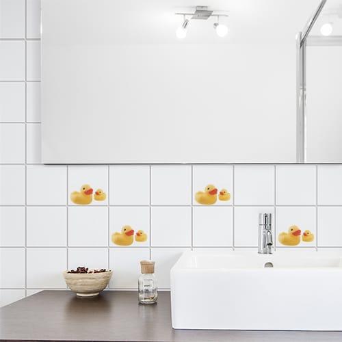 Stickers Canards Jaunes de face au dessus d'un évier de salle de bain