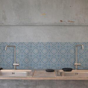 Autocollant ciment fleur bleu, blanc et gris pour décoration carrelage de cuisine en béton gris