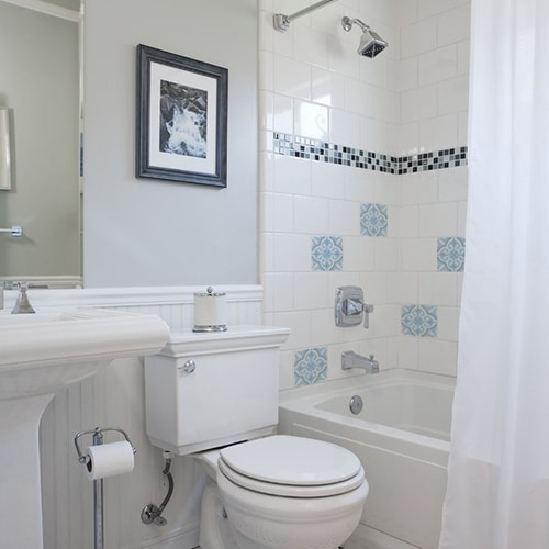 Sticker autocollant ciment fleur bleu, blanc et gris pour carrelage blanc décoration de salle de bain