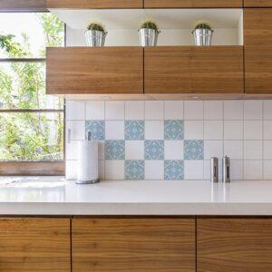 Sticker autocollant ciment fleur bleu, vert et beige pour décoration carrelage blanc de cuisine en bois