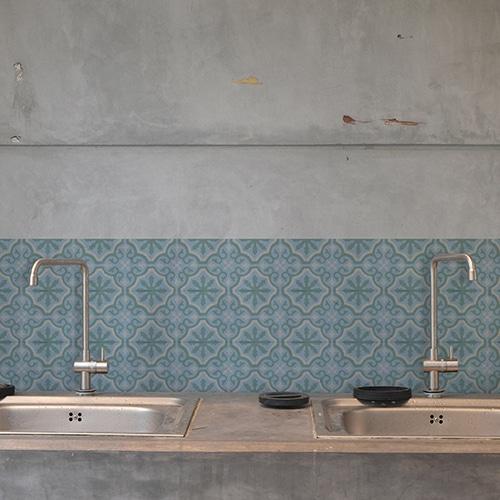 Adhésif décoration ciment fleur bleu, vert et beige pour carrelage en béton gris