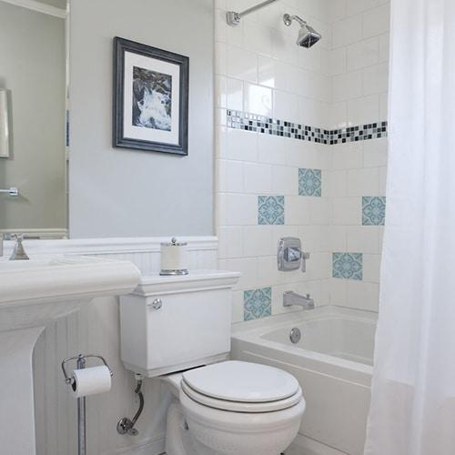 Sticker adhésif ciment fleur bleu, vert et beige pour décoration carrelage blanc de salle de bain