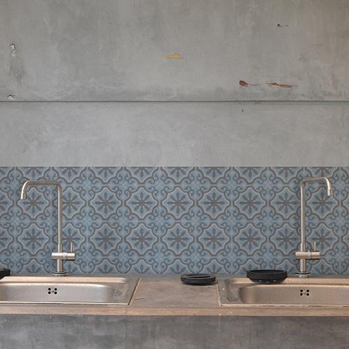 Adhésif décoration carrelage ciment fleur bleu, marron et beige pour cuisine en béton gris