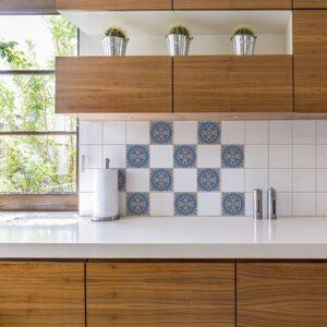 Sticker autocollant déco ciment bleu style mosaïque pour carrelage blanc de cuisine en bois
