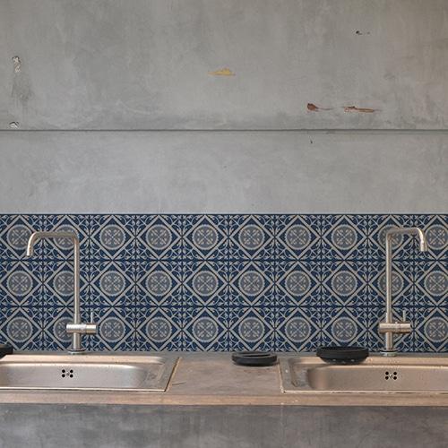 Adhésif décoration carrelage ciment bleu motif pour cuisine en béton gris