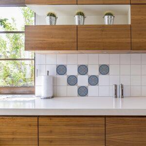 Autocollant ciment bleu rond pour déco carrelage blanc pour cuisine en bois