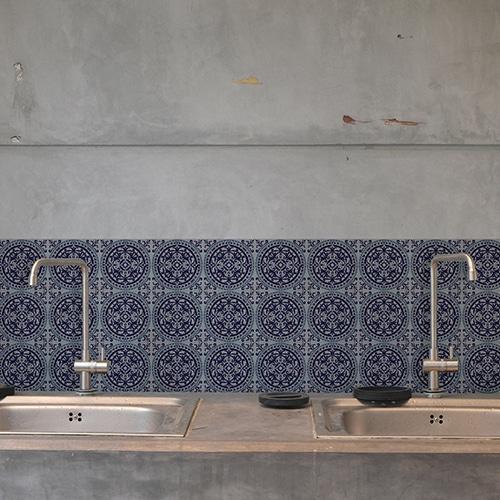 Adhésif déco ciment gris bleu pour carrelage blanc de salle de bain