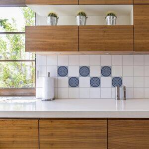 Autocollant déco ciment gris bleu rond pour carrelage blanc de cuisine en bois