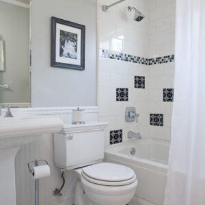 Autocollant déco ciment bleu charbon pour carrelage blanc de salle de bain