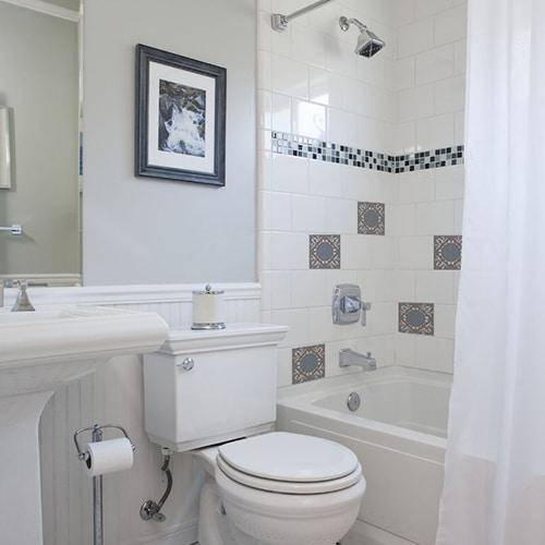 Autocollant déco ciment grece marron, bleu et blanc pour carrelage blanc de salle de bain