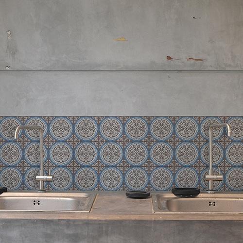 Adhésif déco carrelage blanc en béton gris ciment grece marron et bleu pour salle de bain