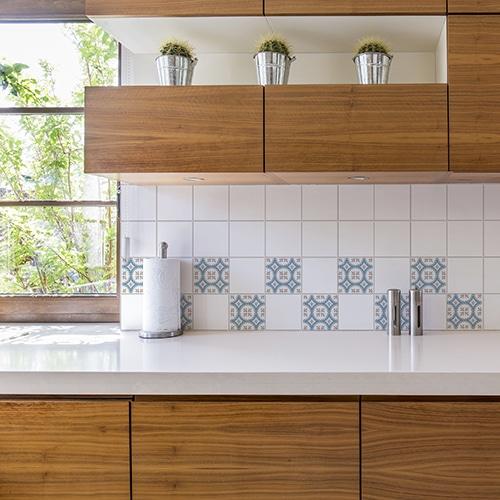 Autocollant déco ciment grece bleu,marron et blanc pour carrelage blanc de cuisine en bois